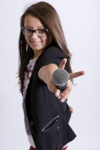 kobieta trzymająca mikrofon
