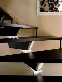 Delikatne punktowe podświetlenie schodów